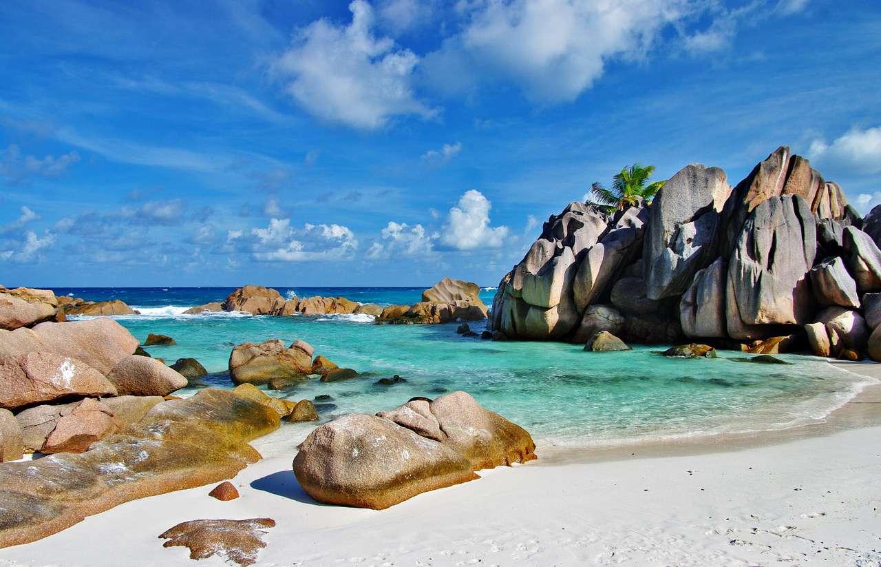 Piękna plaża (Seszele) - Seszele to państwo na Oceanie Indyjskim. W jego skład wchodzi 115 wysp pochodzenia koralowego i wulkanicznego, na których znajdują się wspaniałe, rajskie plaże z białym piaskiem. Osady ludzkie (7×5)