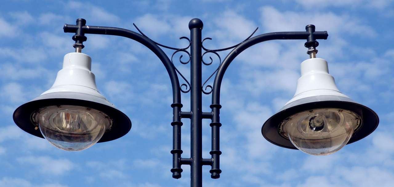 Lampa uliczna - Latarnie, zwykle ustawiane w rzędach przy drogach oraz wzdłuż alejek parkowych i placów, oświetlają tereny miejskie wieczorami i nocą. Na początku XIX wieku na ulicach Londynu i Paryża pojawi (11×5)