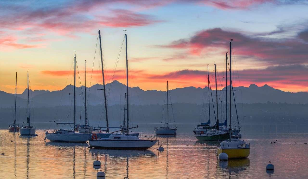 Jachty na Jeziorze Genewskim (Szwajcaria) - Jezioro Genewskie przepływa przez tereny Szwajcarii i Francji. To największy zbiornik słodkowodny w całych Alpach i rejonie Europy Zachodniej. Nad Jeziorem Genewskim leżą między innymi Genewa, (10×6)