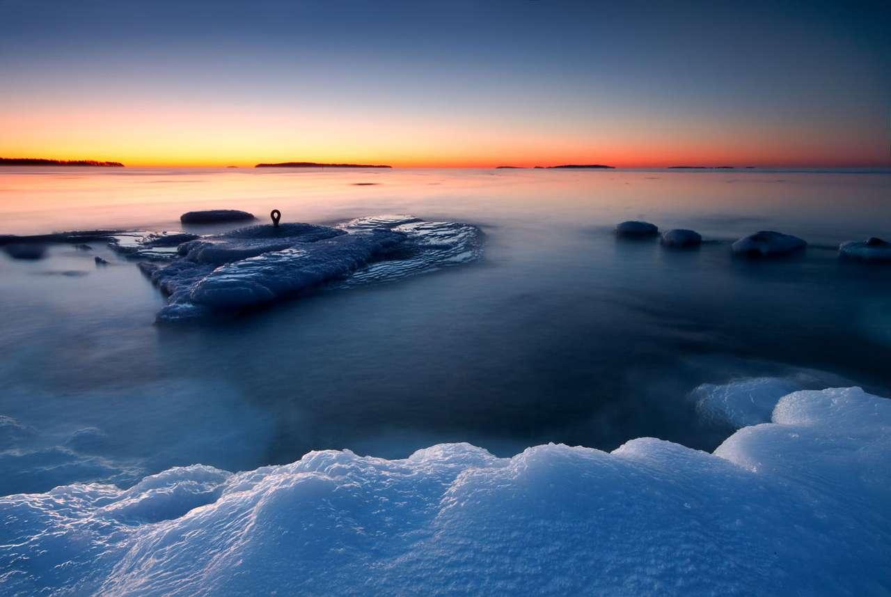 Wschód słońca na wybrzeżu w Helsinkach (Finlandia)