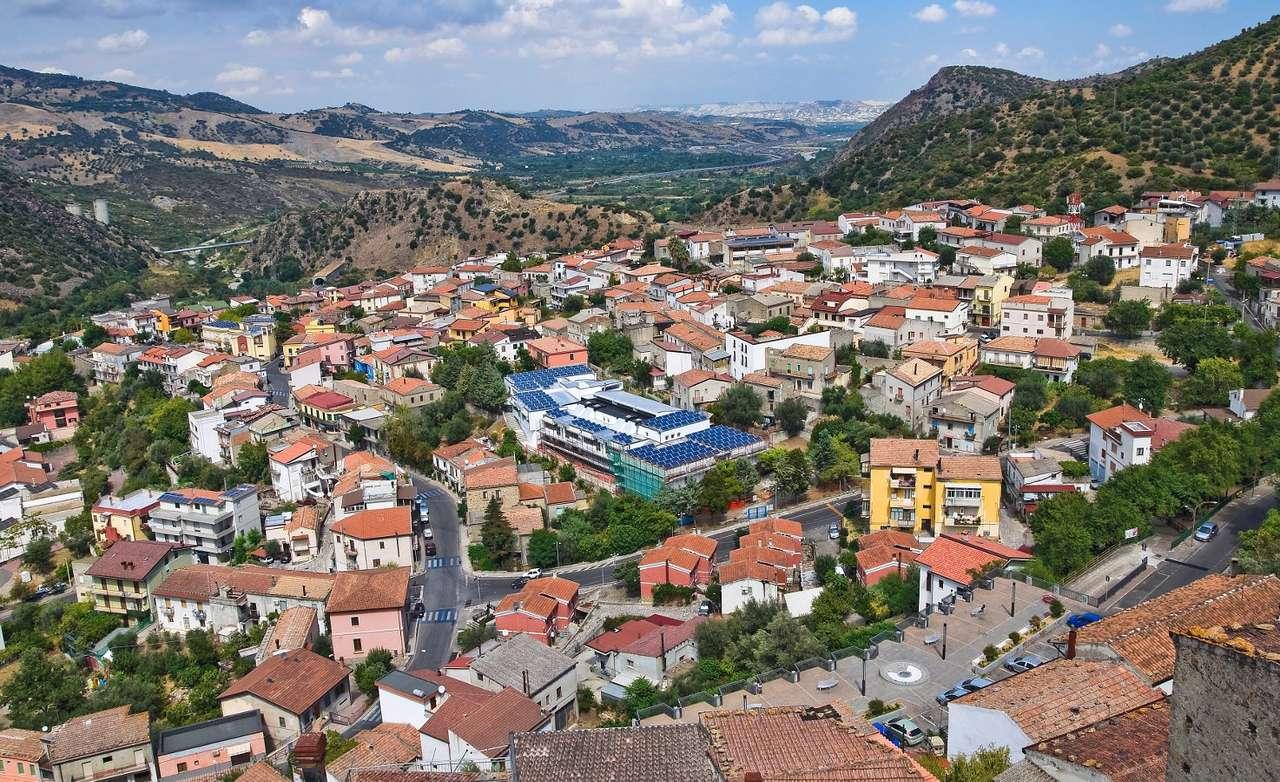 Miejscowość Valsinni (Włochy) - Region Basilicata znajduje się na południu Włoch. Składają się na niego dwie prowincje, Potenza i Matera. Dominują tu górzyste krajobrazy poprzeplatane dolinami, w których rozwija się rolnic (11×6)