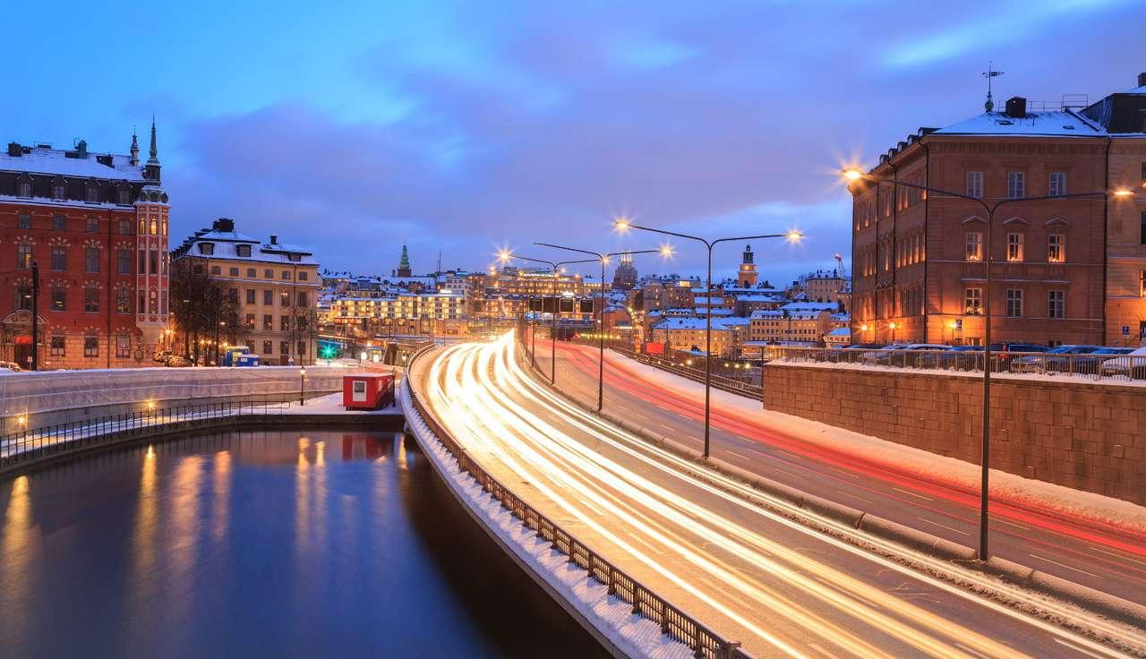 Droga do Gamla Stan w Sztokholmie (Szwecja) - Sztokholm to stolica i największe miasto w Szwecji. Jedną z jego najbardziej reprezentatywnych i najchętniej odwiedzanych przez turystów dzielnic jest Gamla Stan (czyli Stare Miasto), położona n (9×6)