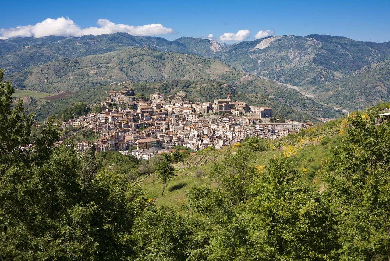 Castiglione di Sicilia (Włochy) - Castiglione di Sicilia to miejscowość położona w północno-wschodniej części Sycylii, w prowincji Katania. Miasteczko leży w pobliżu największego czynnego wulkanu w Europie, Etny, której bl (8×6)