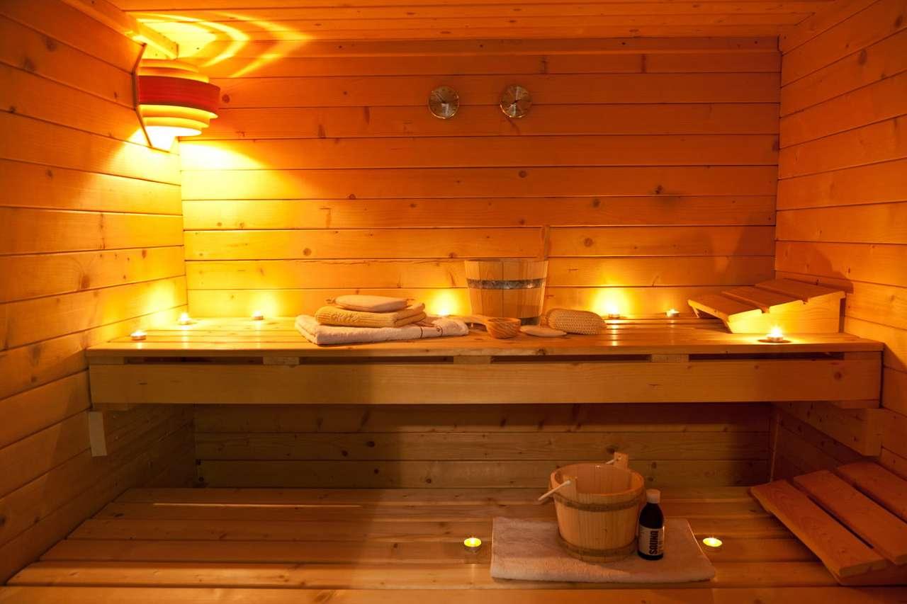 Wnętrze sauny z akcesoriami - Sauna to niewielkie pomieszczenie, w którym panuje wysoka temperatura oraz – w zależności od rodzaju sauny – bardzo wilgotne lub suche powietrze. Ludy skandynawskie oraz bałtyckie budowały je (12×8)