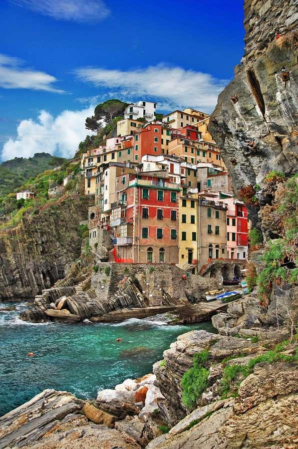 Riomaggiore (Włochy) - Część Riwiery Liguryjskiej zwana Cinque Terre obejmuje swym zasięgiem pięć sąsiadujących ze sobą malowniczych miasteczek. Jednym z nich jest Riomaggiore, zapewniające turystom oszałamiając (5×7)