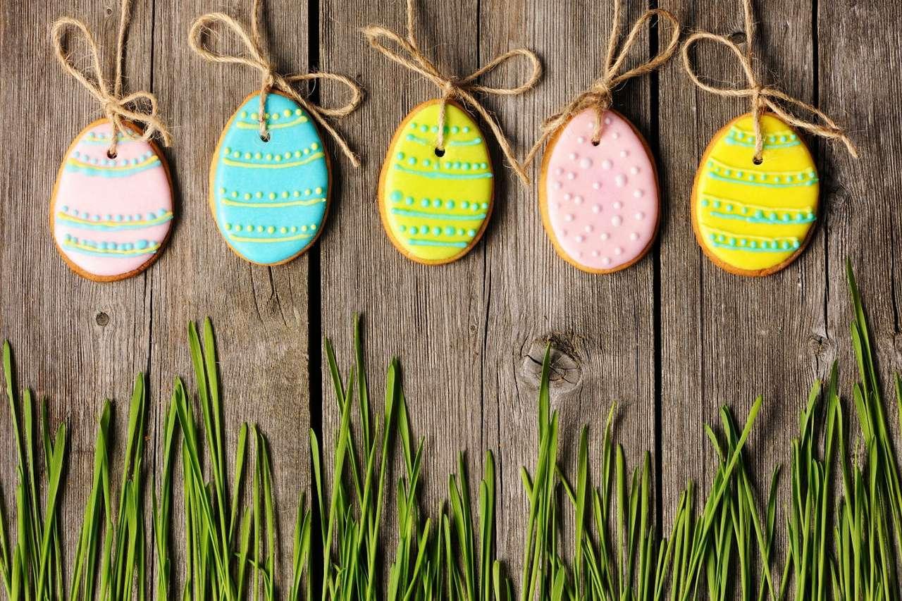 Ciastka w kształcie wielkanocnych pisanek - Pisanka to jajo przyozdobione za pomocą farb, wosku, naturalnych barwników, odpowiednich – wydrapanych lub nawierconych w skorupce – wzorów lub oklejone papierem, tkaniną i fragmentami roślin (9×6)
