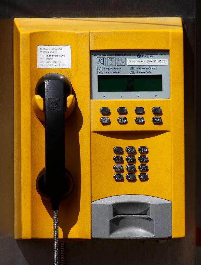 Aparat w budce telefonicznej - Pierwsze publiczne telefony były instalowane w Londynie na początku XX wieku, chociaż pewne źródła mówią, że w Berlinie publiczny telefon był dostępny już 1881 roku. Początkowo aparaty te (6×10)