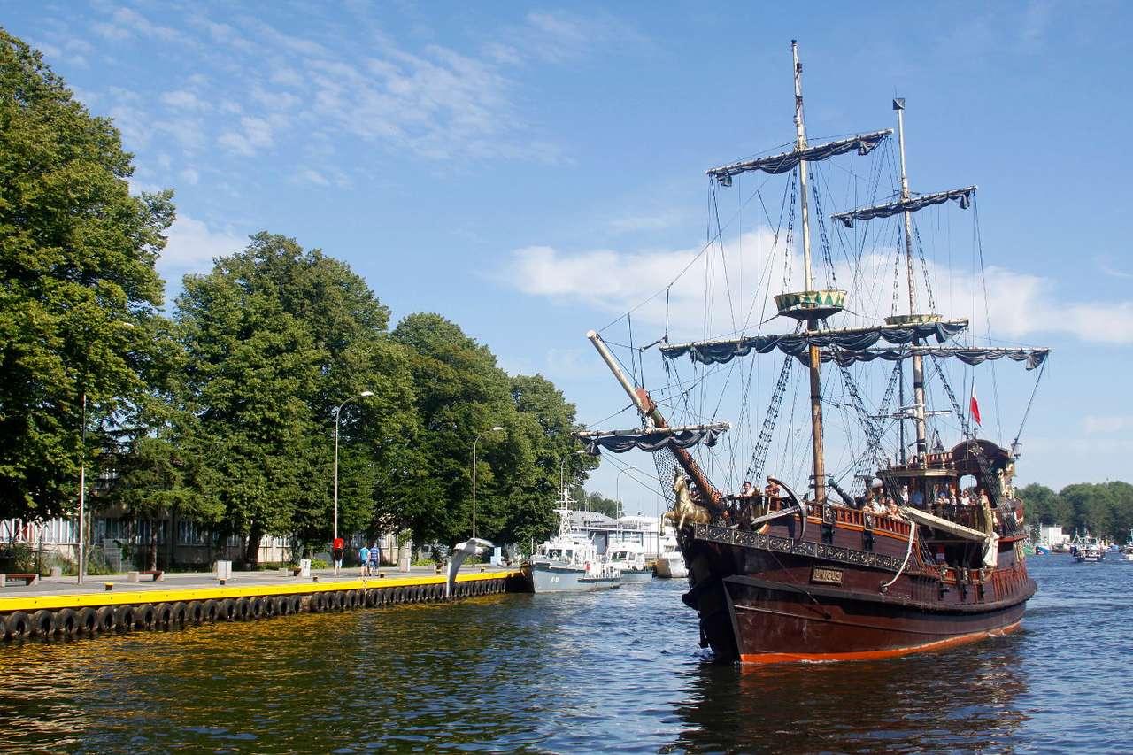 """Statek """"Unicus"""" w Darłowie - Statki wycieczkowe są popularną atrakcją turystyczną nad Morzem Bałtyckim. Bogato zdobione − stylizowane na pirackie żaglowce − statki posiadają wszelkie udogodnienia sprawiające, że kilk (10×6)"""