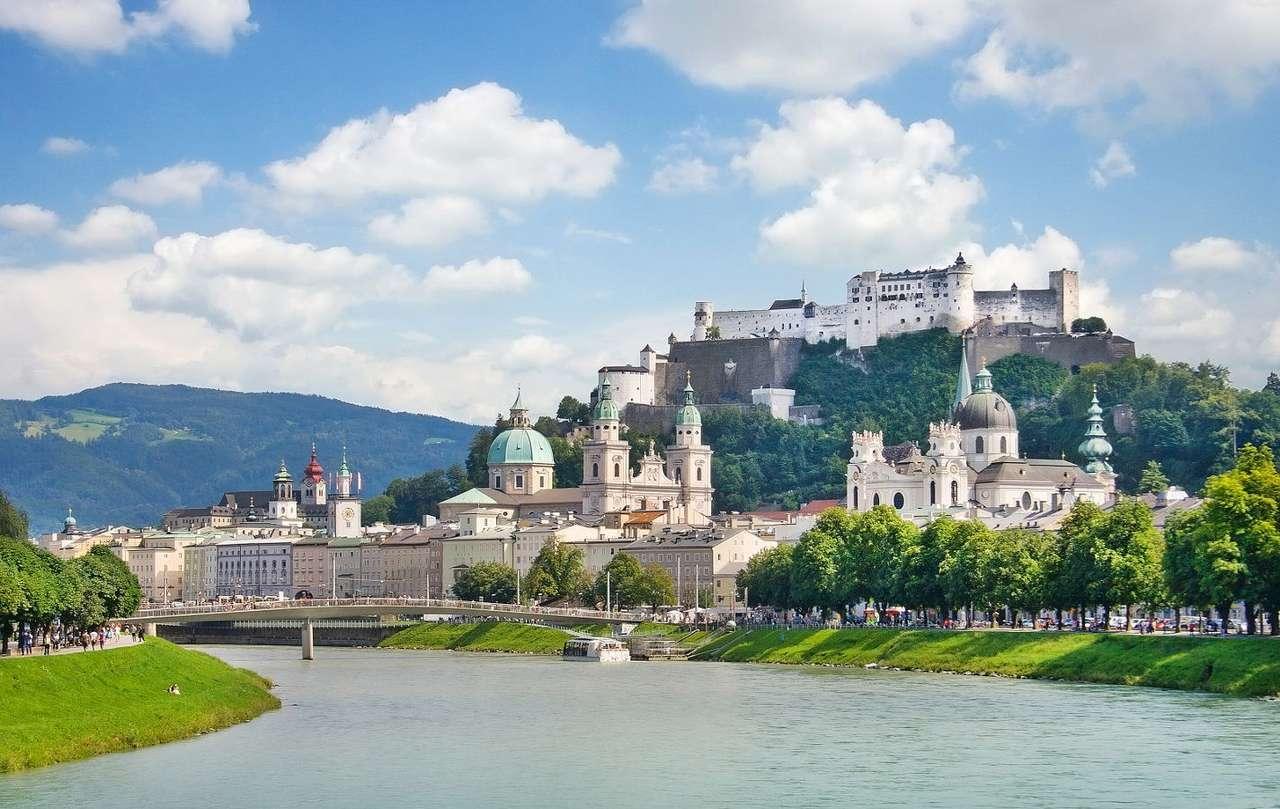 Panorama Salzburga nad rzeką Salzach (Austria) - Salzburg to kraj związkowy ze stolicą o tej samej nazwie. Miasto leżące nad rzeką Salzach jest chętnie odwiedzane przez miłośników sportów zimowych, ze względu na bliskość Alp. Stare mias (8×5)