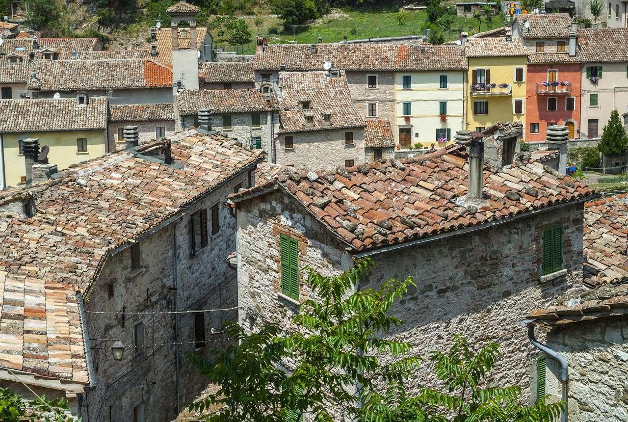 Stare budynki w Piobbico (Włochy) - Piobbico to włoska miejscowość położona w regionie Marche. W mieście przez kilkaset lat panowała rodzina Brancaleonich. Najważniejszym zabytkiem zlokalizowanym w miasteczku jest XIII-wieczny Z (13×9)