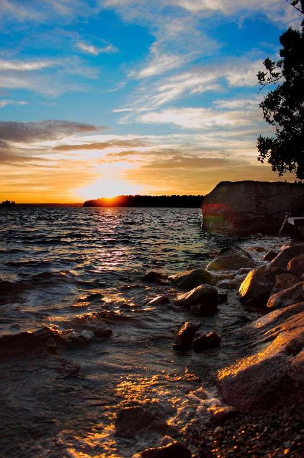 Jezioro w Småland (Szwecja) - Smalandia, po szwedzku zwana Småland, jest prowincją położoną w Gotalandii. Jej malownicze tereny znajdują się w południowo-wschodniej Szwecji i wyróżniają się bogactwem lasów i jezior. T (5×8)