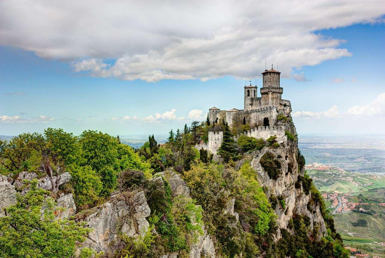 Twierdza La Rocca o Guaita (San Marino) - San Marino to maleńkie państwo usytuowane na wzgórzu Monte Titano i będące enklawą położoną na terenie Włoch. Znajduje się tu twierdza La Rocca o Guaita, która została wybudowana w XI wie (8×6)