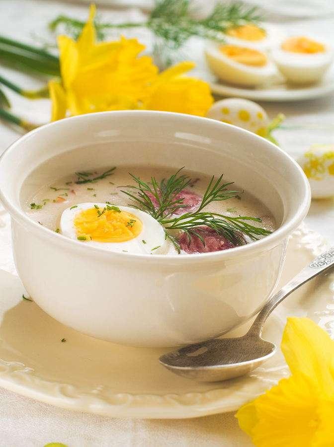Polski barszcz biały z jajkiem - Zupy na zakwasie z mąki stanowią ważny składnik tradycyjnej kuchni Słowian Północnych. Obecnie przygotowywane są głównie na święta wielkanocne. Najlepiej smakują z kiełbasą, grzybami i (8×9)