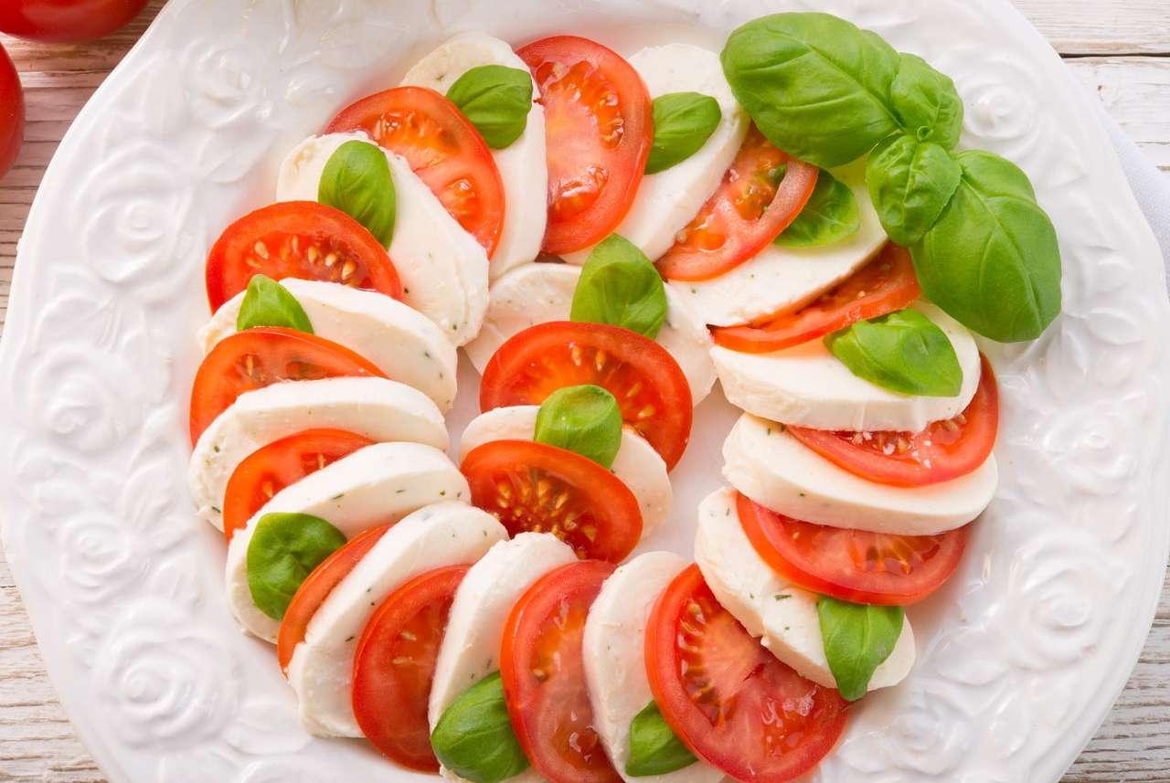 Włoska sałatka caprese - Caprese to prosta włoska sałatka pochodząca z regionu Kampania i przygotowywana z tradycyjnych regionalnych produktów takich jak mozzarella, pomidory i świeża bazylia. Danie swymi kolorami ma na (14×10)