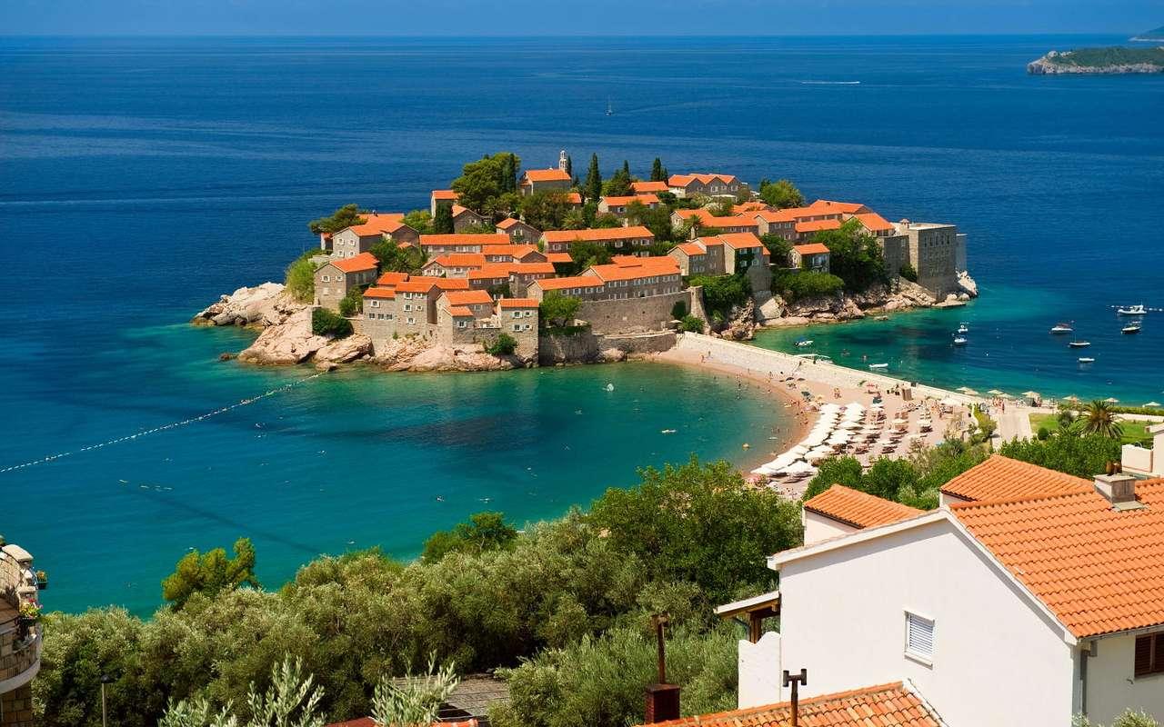 Wyspa Sveti Stefan (Czarnogóra) - Sveti Stefan to wyspa położona w środkowej części adriatyckiego wybrzeża Czarnogóry, z kontynentem połączona jest groblą, która podczas przypływów jest zalewana. Już od średniowiecza zn (8×6)