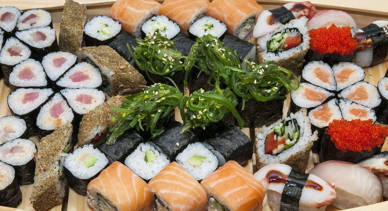 Kompozycja z różnych rodzajów sushi - Sushi to tradycyjna potrawa kuchni japońskiej, przyrządzana z zakwaszonego ryżu i kawałka ryby z różnymi dodatkami w postaci owoców morza, warzyw, owoców, wodorostów, jajek czy grzybów. Potr (19×10)
