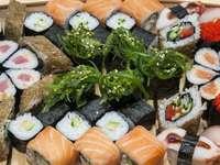 Kompozycja z różnych rodzajów sushi