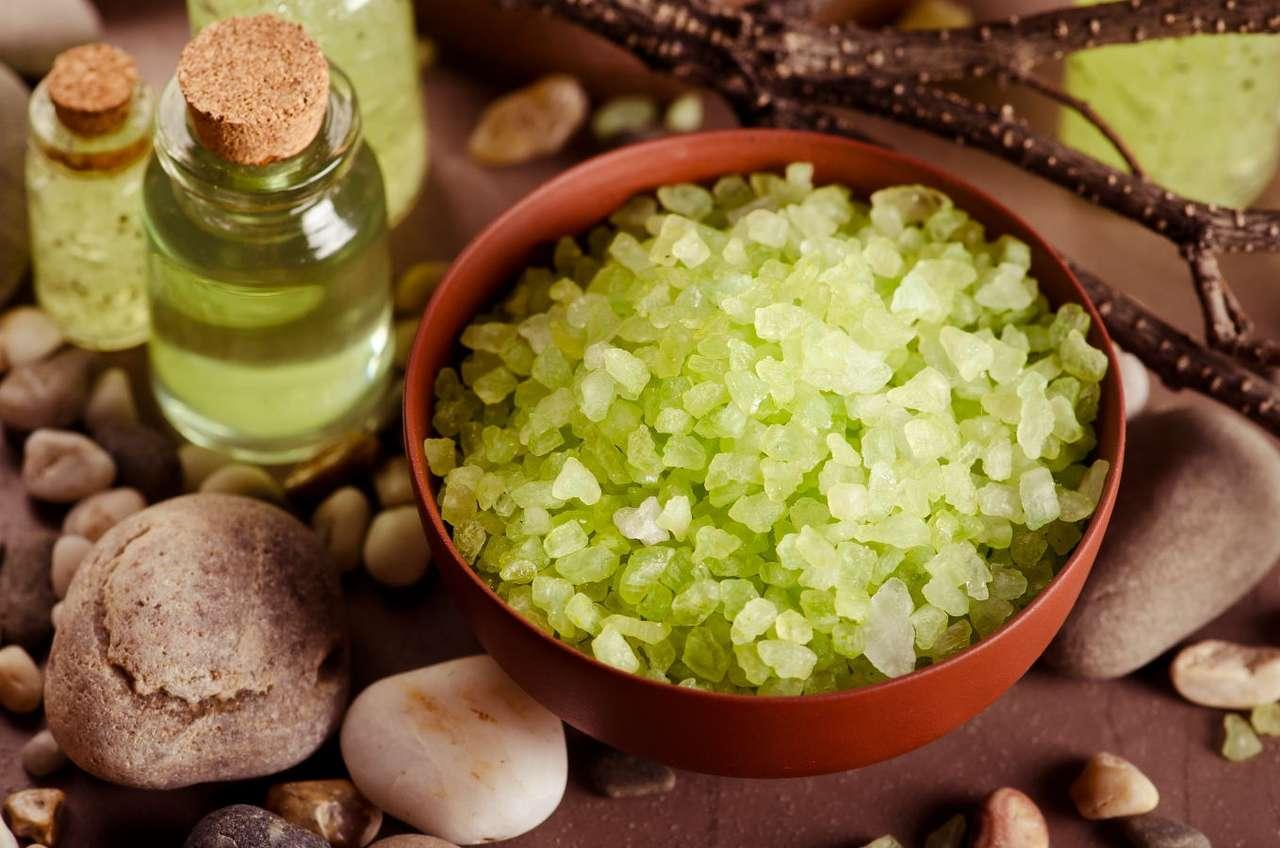 Sól do kąpieli i aromatyczne olejki - Sole do kąpieli występują w niezliczonej ilości odmian – są sole zapachowe i bezwonne, kolorowe i bezbarwne, wzbogacone substancjami pielęgnacyjnymi i naturalne. Od tego, jaką sól wybierzemy (14×10)