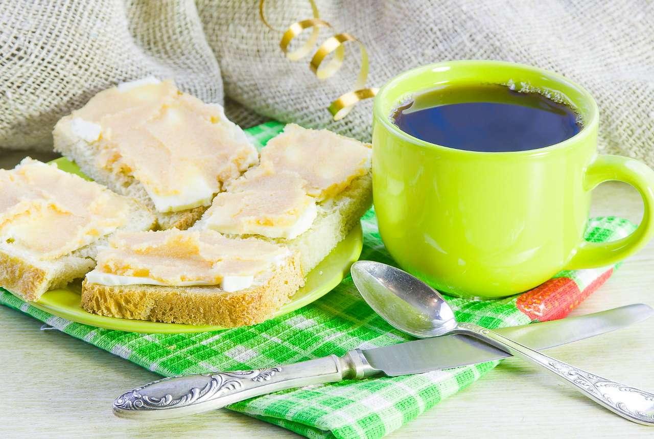 Czarna kawa i kanapki z pastą kawiorową - Kawa i kanapki to współcześnie jedno z najpopularniejszych śniadań pod niemal każdą szerokością geograficzną. Bogaty w kofeinę, gorący i aromatyczny napój oraz pieczywo z ulubionymi dodat (9×6)