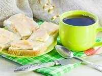 Czarna kawa i kanapki z pastą kawiorową puzzle ze zdjęcia