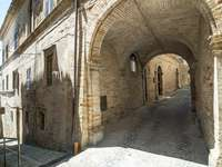 Uliczka w Monterubbiano (Włochy)