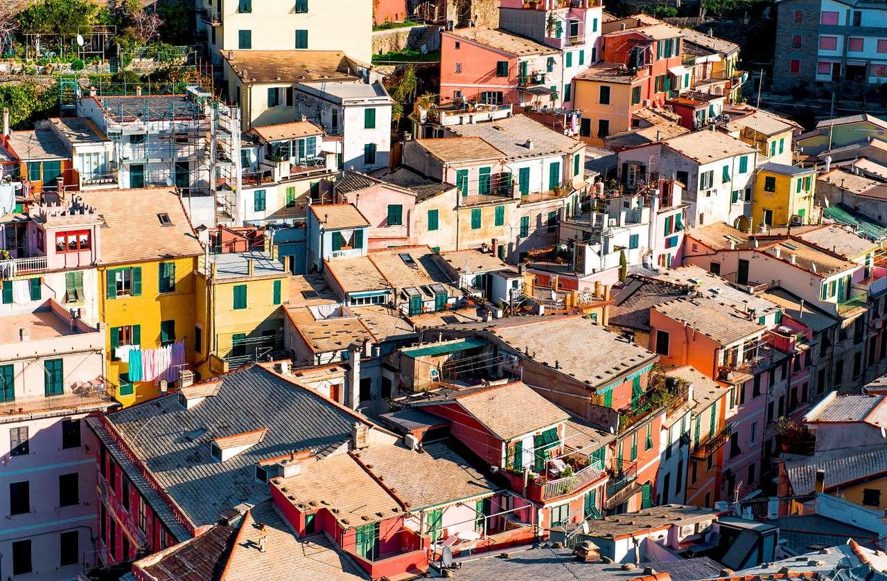 Widok z lotu ptaka na miasteczko Vernazza (Włochy) - Vernazza to miasteczko położone w północno-zachodniej części Włoch, na wybrzeżu Morza Liguryjskiego. Najprawdopodobniej osada została założona w XI w. jako port służący do wypraw obronny (16×11)