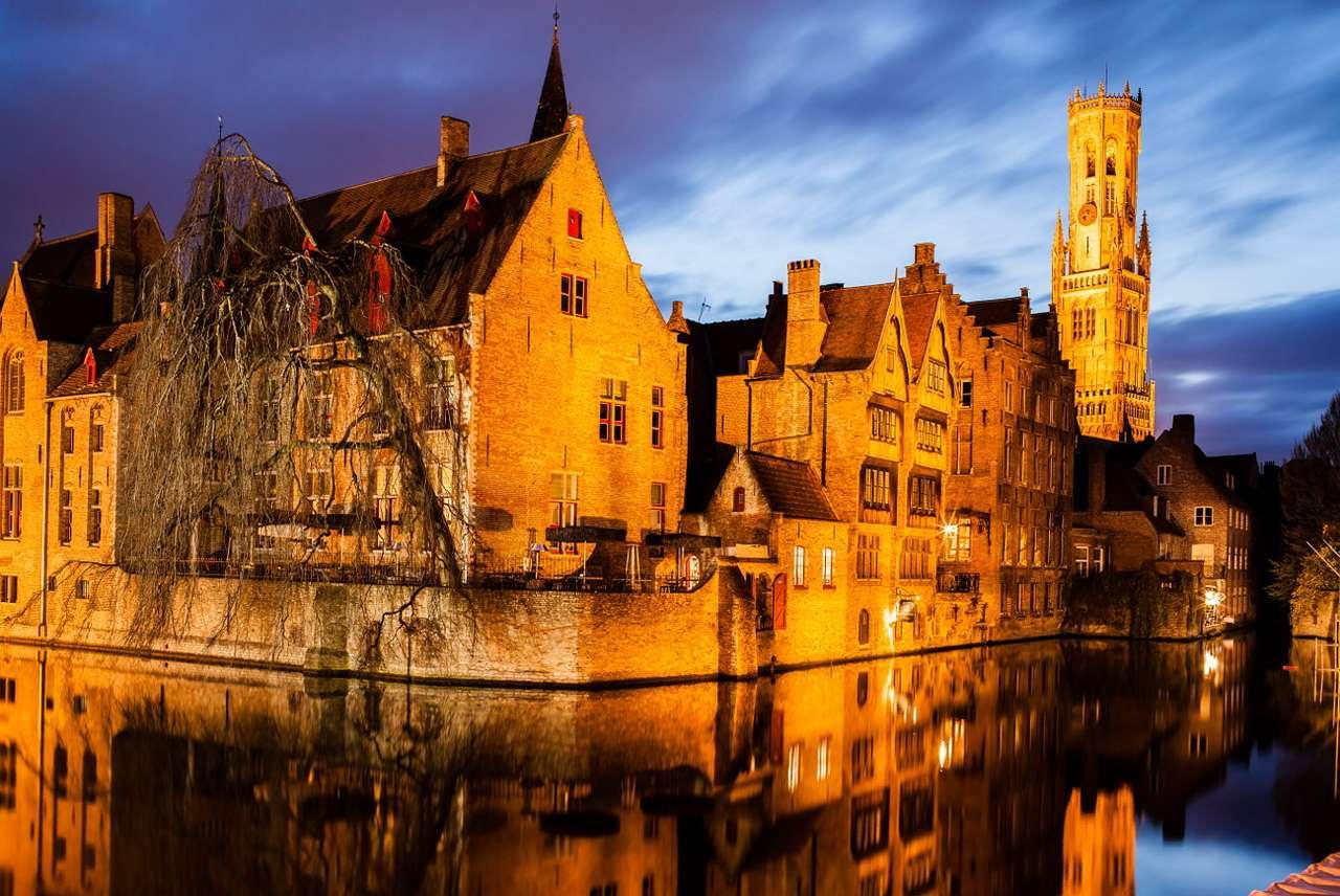 Widok z ulicy Rozenhoedkaai w Brugii (Belgia) - Brugia, nazywana flamandzką Wenecją ze względu na obecność kanałów, to malownicze miasto znajdujące się w Belgii. Brugia przez wieki stanowiła centrum kulturalne, artystyczne i – ze wzglę (10×7)