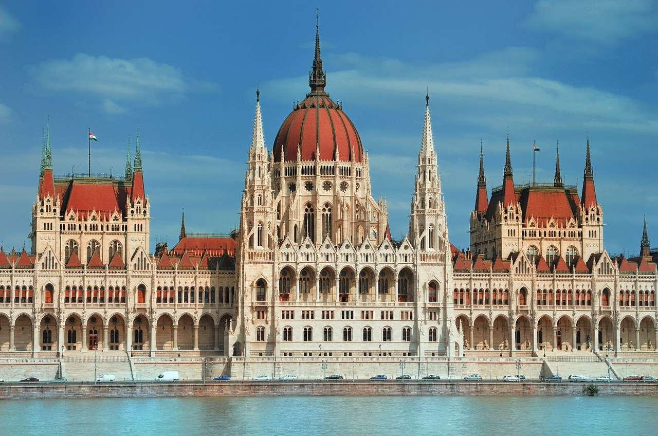 Budynek Parlamentu w Budapeszcie (Węgry) - Budynek Parlamentu w Budapeszcie, jest jednym z najstarszych i najbardziej znanych budynków rządowych w Europie, a zarazem symbolem stolicy Węgier. Budowla powstała po połączeniu dwóch miast, B (7×5)