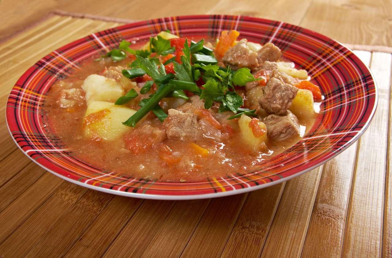 Tradycyjna węgierska zupa gulaszowa - Zupa gulaszowa to jedna z najpopularniejszych potraw tradycyjnej kuchni węgierskiej. Jej powstanie związane jest z kulturą pasterską. Tradycyjnie bowiem zupę tę gotowali mężczyźni, spędzają (9×7)