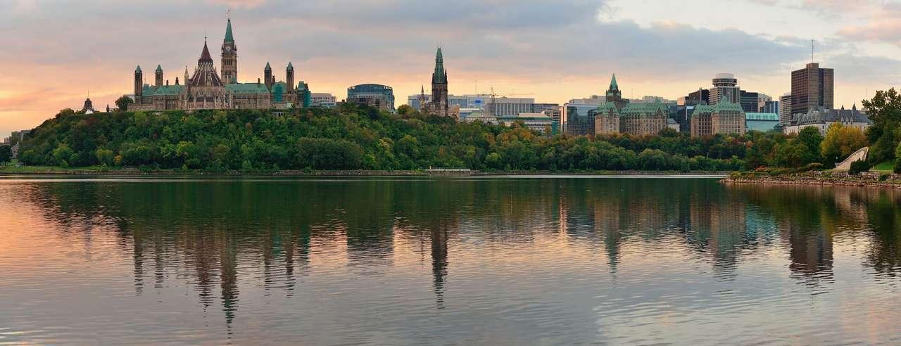 Panorama Ottawy (Kanada) - Ottawa to stolica Kanady, leżąca nad rzeką o tej samej nazwie w prowincji Ontario. Najstarszą częścią miasta jest Lowertown, zwane inaczej Basse-ville. W pobliżu kanału Rideau, przecinająceg (13×5)