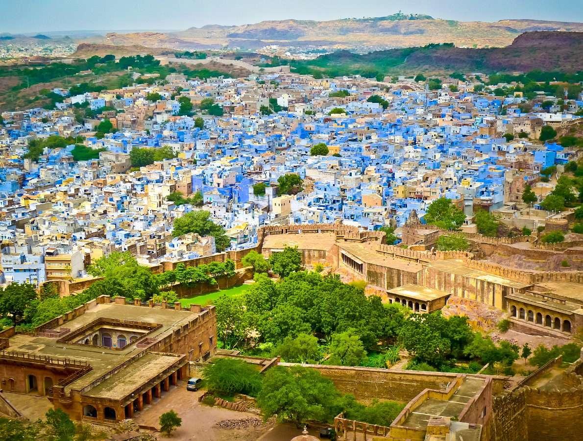 Widok na Jodhpur z twierdzy Mehrangarh (Indie) - Jodhpur to miasto położone w Radżastanie na północnym zachodzie Indii. Miejscowośc ta nazywana jest Niebieskim Miastem ze względu na fakt, że wszystkie zabudowania w historycznym centrum miast (14×10)