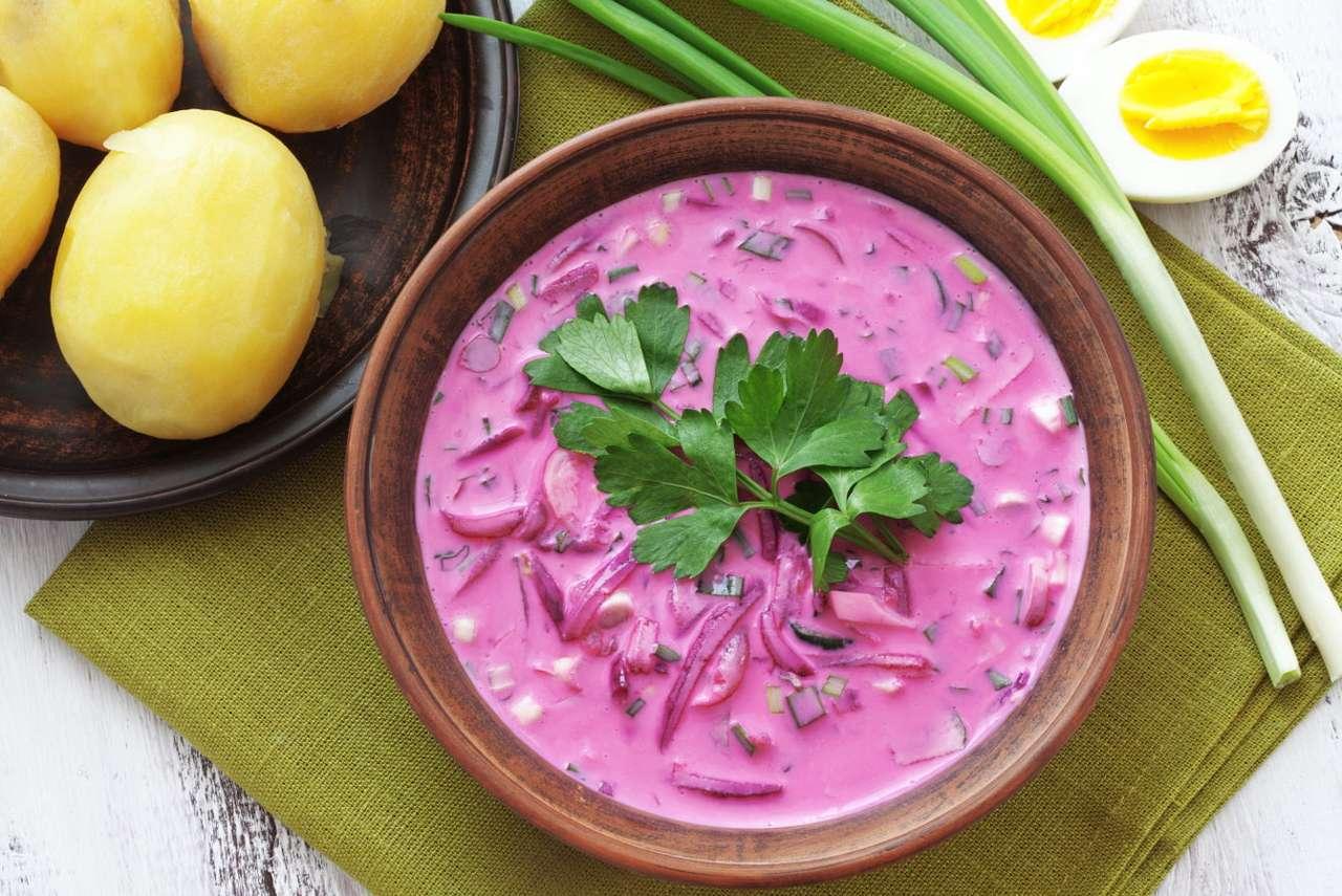 Tradycyjny chłodnik - Chłodnik to lekka zupa przyrządzana zazwyczaj latem, gdyż podawana jest na zimno. W kuchni litewskiej i polskiej podstawą chłodniku jest botwinka (rzadziej szczaw), ogórek oraz kwaśna śmietana (11×8)