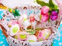 Wielkanocny koszyk z pisankami i barankiem