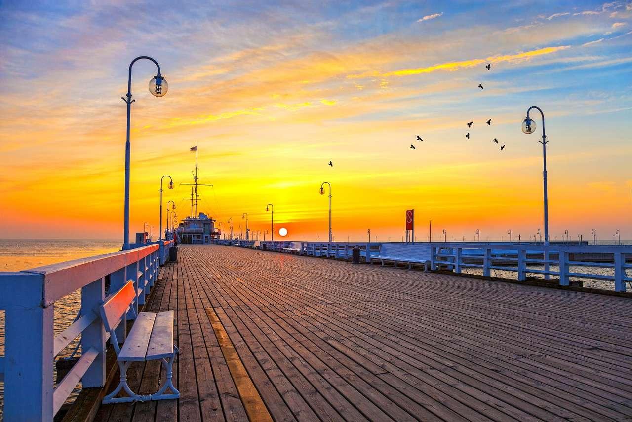 Zachód słońca na molo w Sopocie - Sopot jest kurortem turystycznym położonym w północnej Polsce, u wybrzeża Morza Bałtyckiego. Miasto, wraz z Gdynią i Gdańskiem, wchodzi w skład aglomeracji Trójmiasta, choć samo liczy jedyn (10×8)