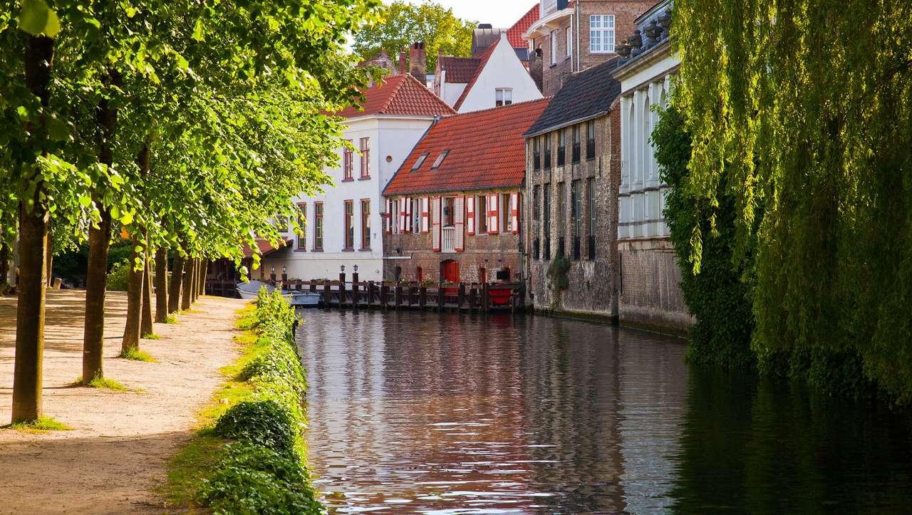 Kanał w Brugii (Belgia) - Belgia to państwo położone w Południowych Niderlandach. Jednym z najbardziej znanych miast w Belgii jest Brugia, zwana flamandzką Wenecją. Znajduje się tu nie tylko port śródlądowy, ale i sy (13×7)