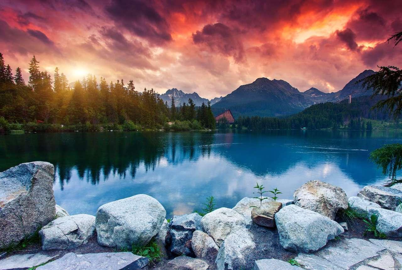 Szczyrbskie Jezioro u podnóża Tatr (Słowacja)