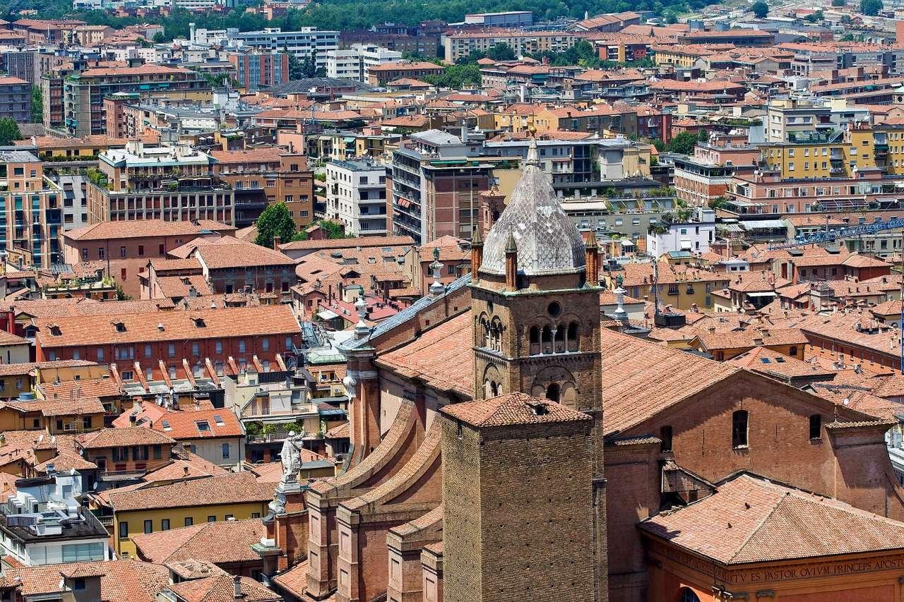 Panorama Bolonii z Dwiema Wieżami (Włochy) - Bolonia to stare włoskie miasto znane przede wszystkim z najstarszego uniwersytetu w Europie, jednak nie tylko uznana uczelnia jest symbolem miasta. Obok niej równą popularnością cieszą się Dwi (15×10)