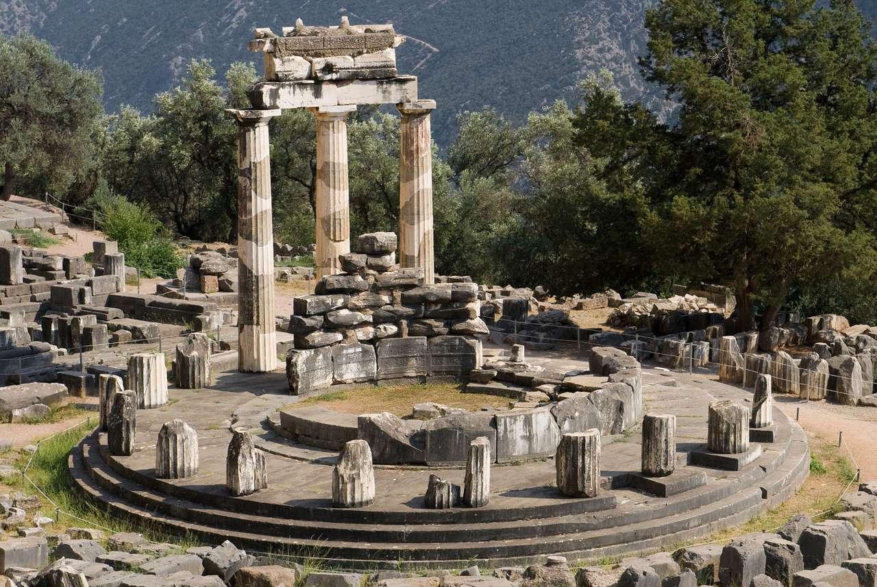 Marmaria w Delfach (Grecja) - Delfy to prastare greckie miasto, którego centralnym punktem była dorycka świątynia Apollina z VI wieku p.n.e. Miasto to swoją sławę zawdzięczało kapłance Pytii, która pełniła funkcję wy (12×9)