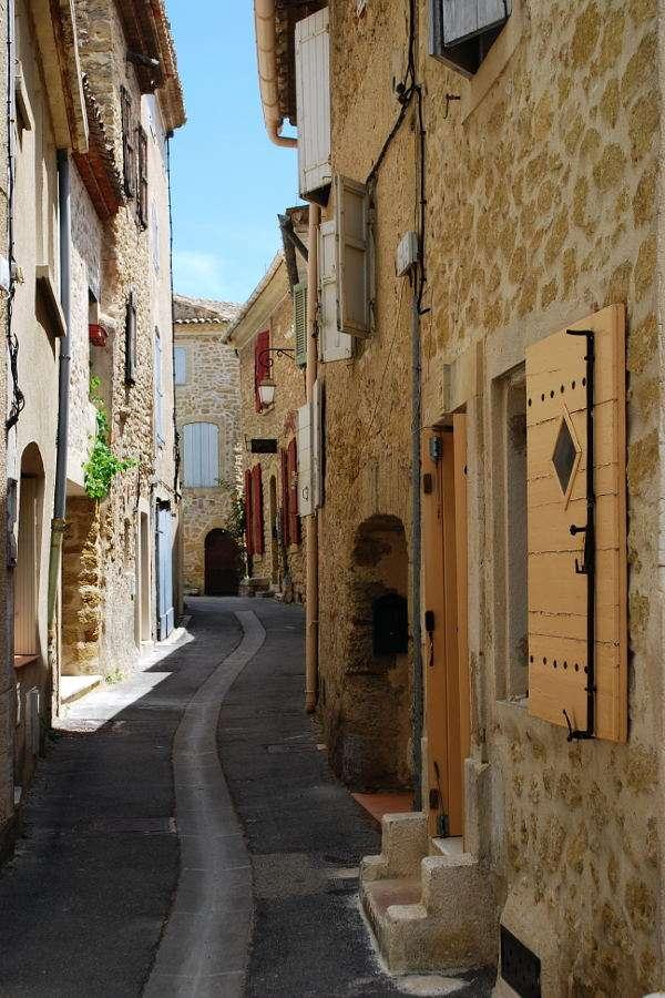 Uliczka w miasteczku Lourmarin (Francja) puzzle ze zdjęcia