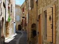 Uliczka w miasteczku Lourmarin (Francja)
