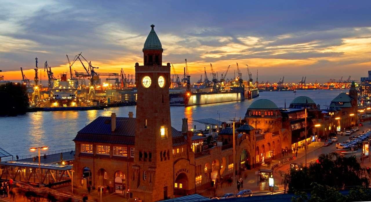 Port w Hamburgu (Niemcy) - Hamburg to miasto położone w północnych Niemczech nad rzeką Łabą, stanowiące ważny ośrodek handlu i przemysłu. Znajduje się tu największy w kraju port morski, od średniowiecza stanowiąc (9×5)