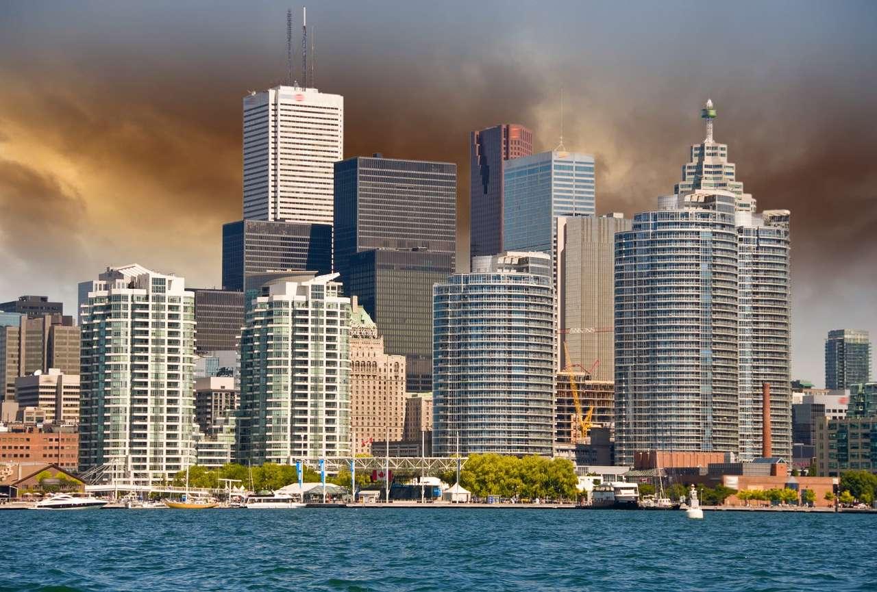 Widok na Toronto z jeziora Ontario (Kanada) - Toronto jest największym miastem Kanady, uważanym powszechnie za ekonomiczną i kulturalną stolicę kraju (ale należy pamiętać, że faktyczną stolicą Kanady jest ponad dwa razy mniejsza Ottawa (9×6)