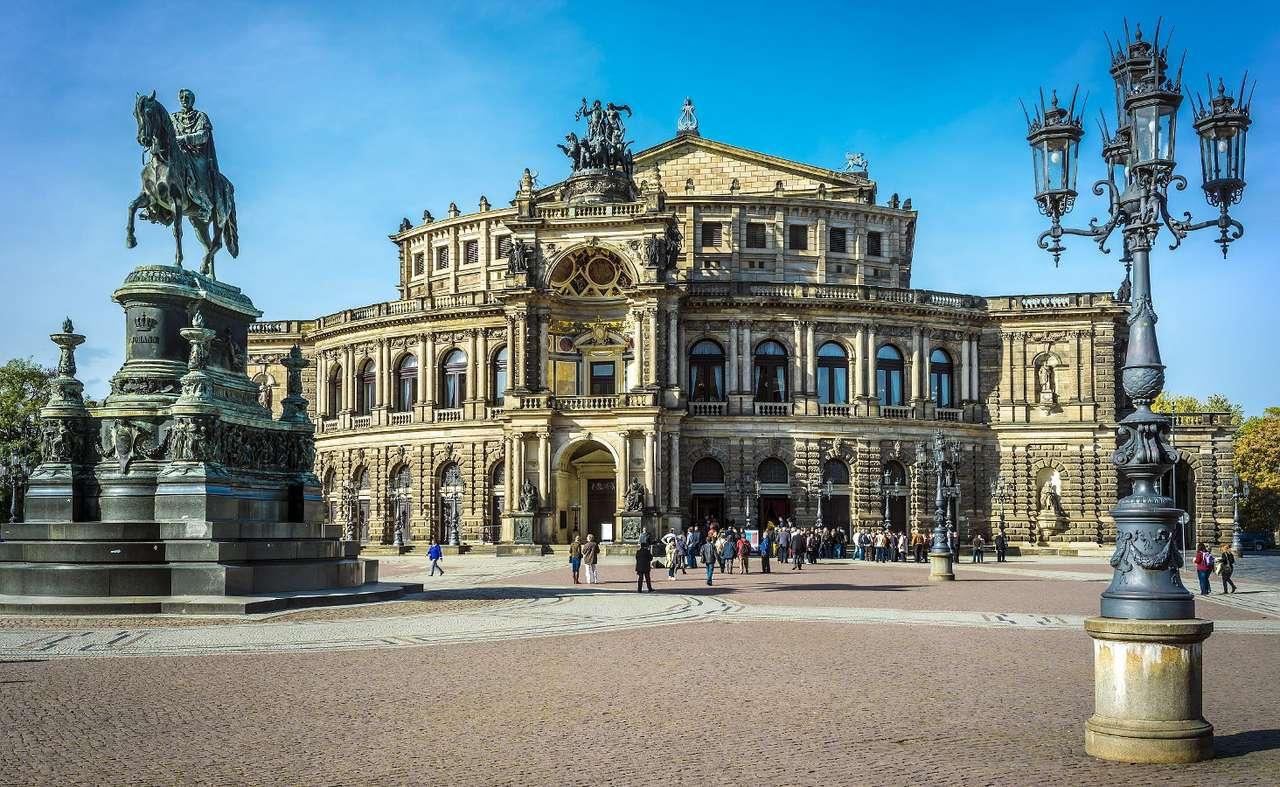 Gmach opery w Dreźnie (Niemcy) - Opera w Dreźnie znana jest jako Semperopera, czyli Opera Sempera. Jest to jej drugi gmach, pierwszym był Teatr Dworski zaprojektowany przez Gottfrieda Sempera w 1838 roku. Po niespełna trzydziestu (8×5)