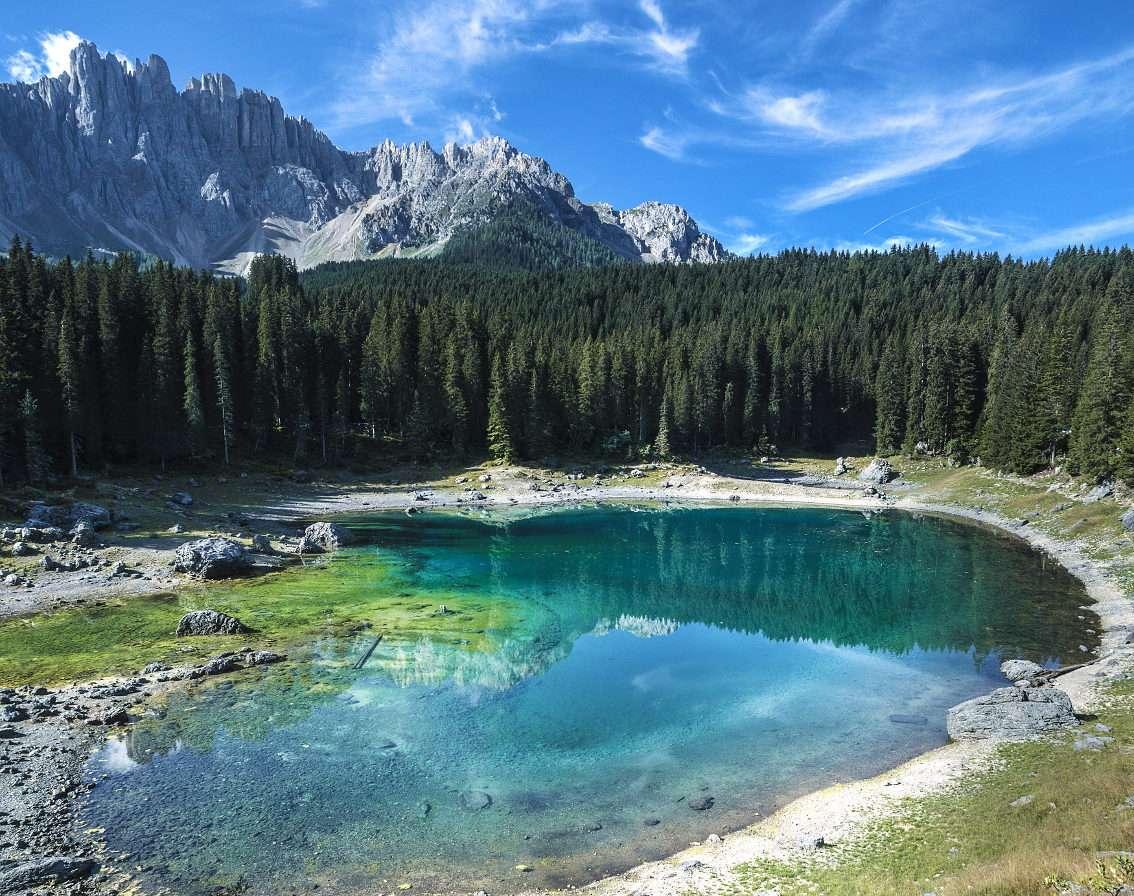 Jezioro Carezza (Włochy) - Carezza wysokogórskie jeziorko położone w Południowym Tyrolu w Dolomitach. Ten malowniczy akwen mieni się w słońcu dziesiątkami barw, dlatego bywa nazywany również Tęczowym Jeziorem. Wedłu (9×7)