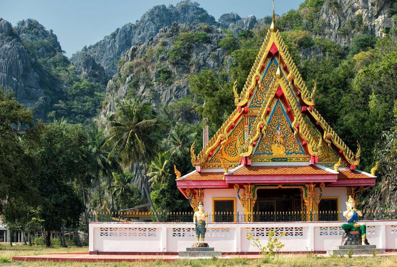 Buddyjska świątynia w Parku Narodowym Khao Sam Roi Yot (Tajlandia) -  (13×9)