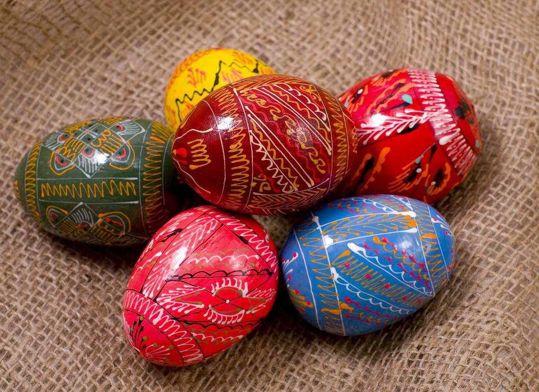 Kolorowe jajka wielkanocne - W wielu europejskich krajach Święta Wielkanocne kojarzą się przede wszystkim z ozdabianiem kurzych jaj zwanych przy tej okazji pisankami. Kolorowe wydmuszki można malować, obklejać, a także wy (8×6)