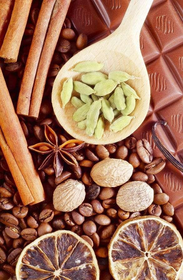 Kompozycja z aromatycznymi przyprawami, ziarnami kawy i czekoladą - Czekoladę produkuje się z kakao w postaci miazgi kakaowej i tłuszczu kakaowego oraz środków słodzących i innych dodatków. Mimo że sama czekolada jest doskonałym deserem, producenci często u (9×13)