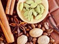 Kompozycja z aromatycznymi przyprawami, ziarnami kawy i czekoladą