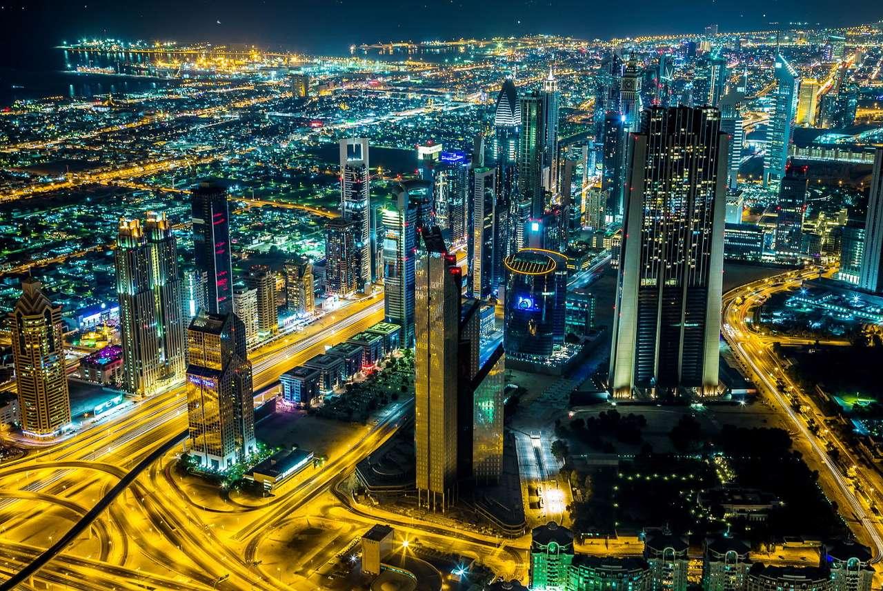 Nocna panorama Dubaju (Zjednoczone Emiraty Arabskie) - Dubaj słynie na całym świecie ze swoich nowoczesnych budynków i odważnych inwestycji. Boom budowlany, który nastąpił tu po 2005 r. był wynikiem decyzji rządu o uniezależnieniu gospodarki od (14×10)