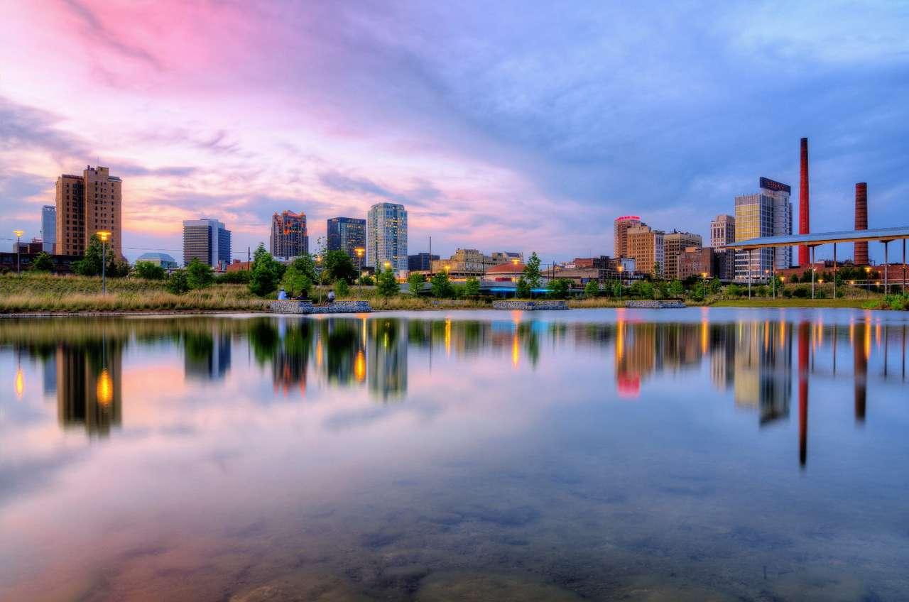 Widok na Birmingham w Alabamie (USA) - Brimingham to największe miasto stanu Alabama na południowym wschodzie Stanów Zjednoczonych. Miasto zostało założone w 1871 r. po wojnie secesyjnej. Powstało z połączenia trzech mniejszych mi (7×5)